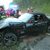 Sportwagen über Böschung hinabgestürzt