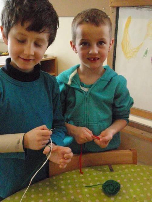 Die Kinder beschäftigen sich auch ohne Spielzeug wunderbar. Foto: cth