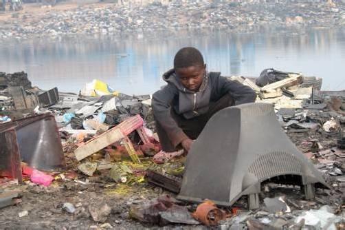 Den Vereinten Nationen zufolge entstehen rund 50 Millionen Tonnen jährlich. 60 bis 90 Prozent davon werden illegal verkauft oder entsorgt.