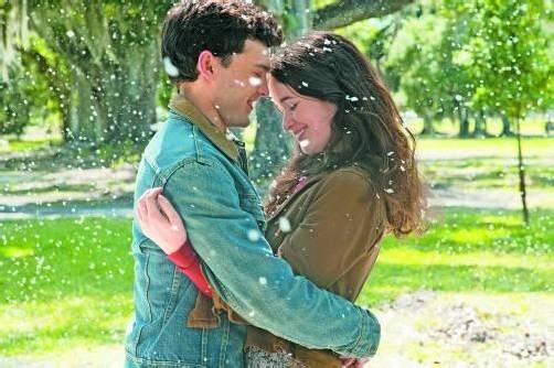 Ethan (Alden Ehrenreich) ist angetan von der geheimnisvollen Mitschülerin Lena (Alice Englert). Foto: Concorde Filmverleih