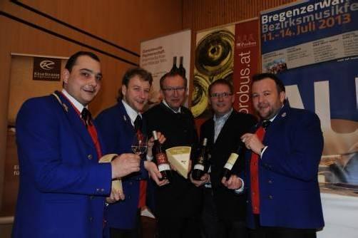 Festmacher mit Siegerweinen: Reinhard Fetz (l.) mit Martin Natter sowie Toni Honsig, Lothar Eiler und Mathias Simma.