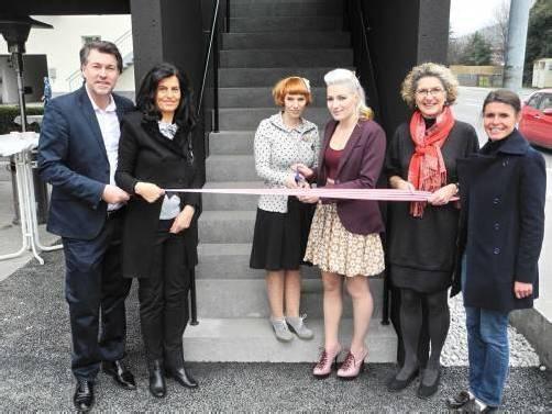 Freudentag: Gabriele Huber (l.) mit den Friseurinnen Cindy Deutsch sowie Jennifer Mayer und Vizebürgermeisterin Erika Burtscher. Fotos: SM