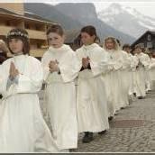 Weiß wie frühchristliche Taufgewänder
