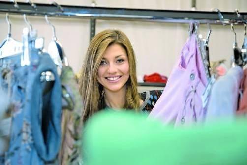 In ihrem Element: Die strahlende Miss, Angelika Albrecht, beim Einkaufen. Fotos: VN/Paulitsch