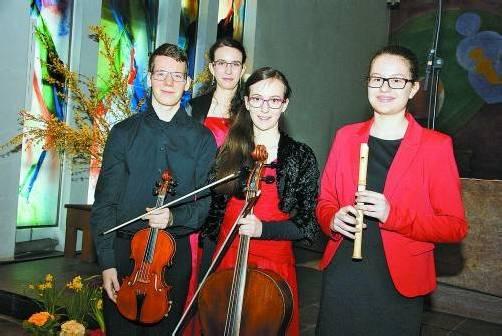 """Lukas (19), Eva-Maria (21) und Anna Hamberger (17) sowie Jasmin Nägele (17) bilden das Ensemble """"ConCorda e Flauto"""". Foto: Hronek"""