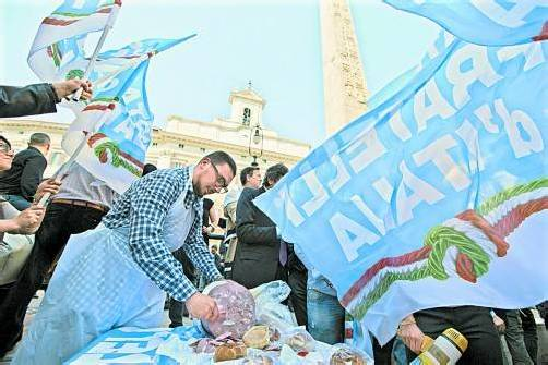 Mortadella zum Protest gegen eine Wahl von Romano Prodi vor dem römischen Parlament. Foto: DAPD
