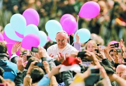 """Papst Franziskus ging auch zu Ostern """"eigene Wege"""": Er ließ die Ostergrüße aus und nahm ein Bad in der jubelnden Menge. In der Predigt verurteilte er Egoismus und Profitgier und forderte Frieden in den Krisengebieten."""