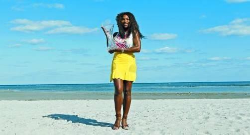 Posieren mit dem Siegerpokal: Serena Williams am Strand von Key Biscane. Foto: reuters