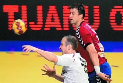 Robert Weber setzt sich im Laufduell gegen Serbiens Superstar Momir Ilic durch. Der 27-jährige Harder gehörte erneut zu den Leistungsträgern im ÖHB-Team beim 30:30-Remis in Zrenjanin. Foto: gepa
