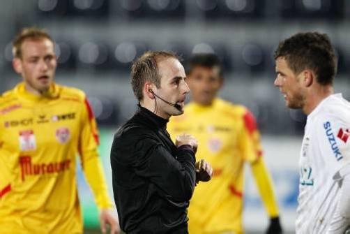 Statt Elfmeter für Grödig zeigt Schiedsrichter Walter Altmann und dem gefoulten Salzburger Thomas Zündel die Gelb-Rote Karte. Foto: gepa