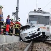 Auto mit Regionalzug kollidiert