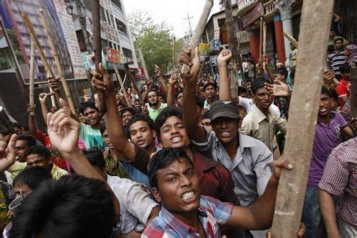 Zahlreiche Arbeiter in den rund 4500 Textilfabriken hatten nach dem Unglück aus Protest gegen ihre Arbeitsbedingungen die Arbeit niedergelegt.
