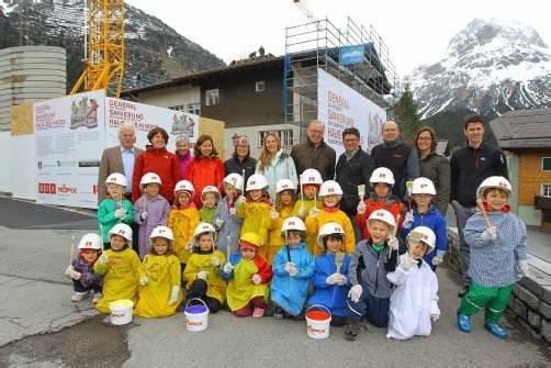 """""""Spatenstich mit Pinsel"""": Kinder bemalten zum Startschuss des Projekts """"Haus des Kindes"""" eine Bauwand mit bunten Farben. Foto: VN/Hofmeister"""