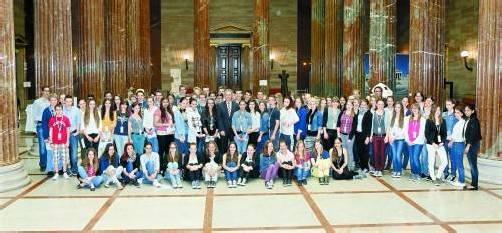90 Schülerinnen und Schüler aus Vorarlberg bereiteten sich schon gestern mit Bundesratspräsident Mayer (M.) auf den heutigen Plenartag vor. Foto: Parlamentsdirektion/Mike Ranz