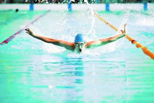 Abtauchen und schwerelos sein: Auch in Vorarlberg findet der Wassersport immer mehr Anhänger. Dank der Hallenbäder ist er zum Ganzjahressport geworden. Foto: fotolia