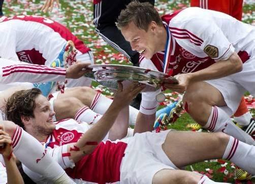 Ajax-Spieler Niklas Moisander (r.) mit dem Meisterteller. Fotos: Gepa/epa
