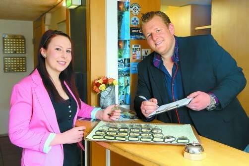Annika und Chef Phillip Stadelmann vom Hotel Löwen in Feldkirch freuen sich über eine Verstärkung für das Team. Foto: VN/Hofmeister