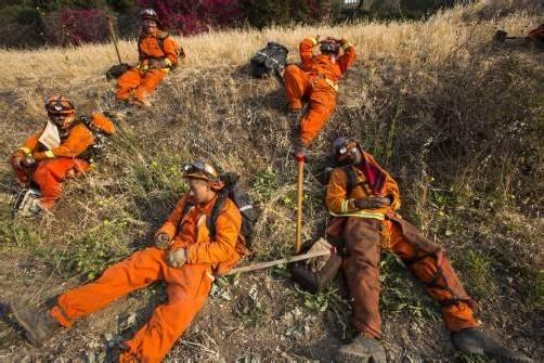 Bis zur Erschöpfung standen die Feuerwehrleute im Einsatz. ap