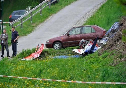 Das Kleinflugzeug krachte bei Innsbruck gegen einen Hang. Der Pilot konnte nur noch tot aus dem Wrack geborgen werden. Foto: APA