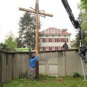 Neues Holzkreuz für das Kloster