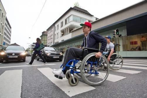 Den Alltag im Rollstuhl meistern – Schüler testen. Foto: Steurer