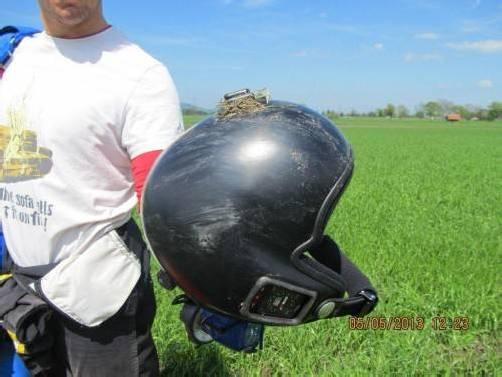 Der Helm des verunfallten Fallschirmspringers. Der Mann erlitt bei dem spektakulären Unfall lediglich eine schwache Gehirnerschütterung. Fotos: Polizei