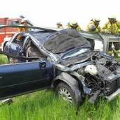 Auto steckte unter Leitplanke