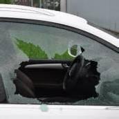 Autoscheiben zerschlagen