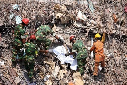 Die Rettungskräfte suchen nach dem Einsturz des Fabriksgebäudes vom 24. April noch immer nach Opfern. Foto: ap