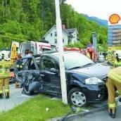 Seniorin unter eigenem Fahrzeug eingeklemmt