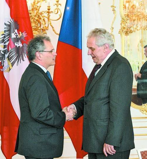 Edgar Mayer (r.) bei Staatspräsident Zeman. Foto: Martin Vlcek