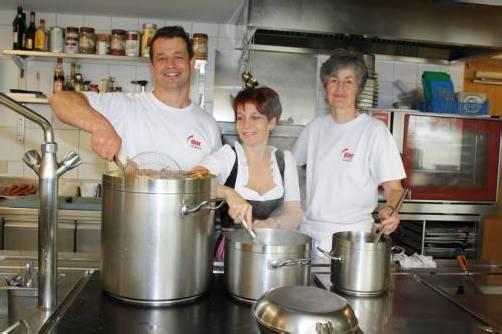 """Feines aus dem Kochtopf im """"Adler"""" mit Jürgen und Marlies Hirschbühl sowie Sabine Wentz.  Foto: ME"""