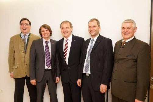 Grund zum Feiern: Geschäftsführer Christoph Mennel (l.) mit Vorstand Walter Rüf sowie Karl-Heinz Fink und Franz Heidelmeir. Fotos: Berchtold