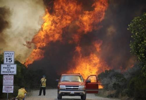 Im Süden des US-Bundesstaates sind Buschfeuer außer Kontrolle geraten. Reuters