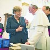 Papst und Merkel: Geld muss Menschen dienen