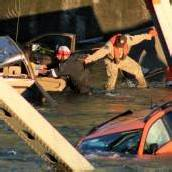 USA: Einstürzende Brücke reißt Autos in den Fluss