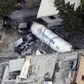 Tanklaster kracht in Haus und explodiert
