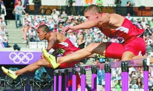 Mit Weltrekordhalter und Olympiasieger Ashton Eaton (l.) und Trey Hardee werden die beiden aktuell besten Zehnkämpfer beim Hypo-Meeting am Start sein. Foto: ap