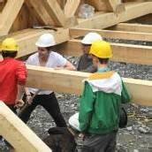 Schüler bauen Brücke über die kleine Ill