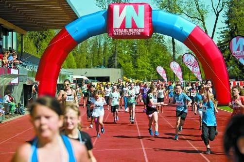 Spaß beim Laufen hatten die munteren Teenager im Waldstadion allemal. Fotos: vn/steurer