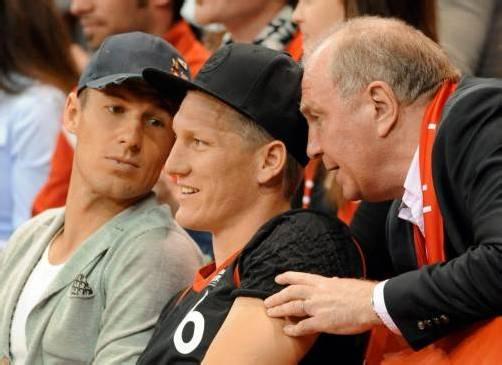 Uli Hoeneß (r.) beim Basketball-Viertelfinalspiel der Bayern mit Arjen Robben (l.) and Bastian Schweinsteiger. Foto: epa