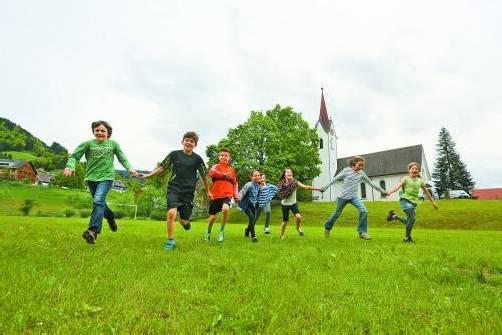 Vor allem die Kinder verbringen gern ihre Freizeit auf dem Sportplatz mitten im Dorf. Foto: VN/Hartinger