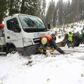 Lastwagen blieb im Schnee stecken