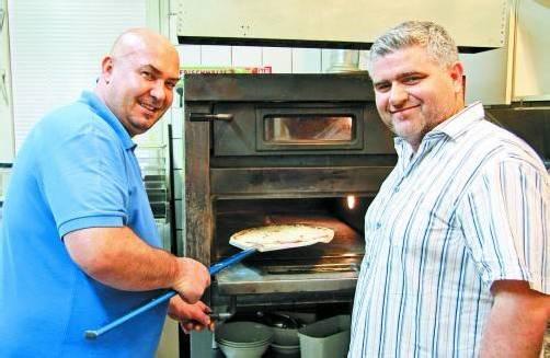 Der Bludenzer Pizzeriabetreiber Antonio (r.) wird die Pizza am Samstag frisch zubereiten. Foto: VOL