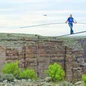 Hochseilartist überquert den Grand Canyon betend