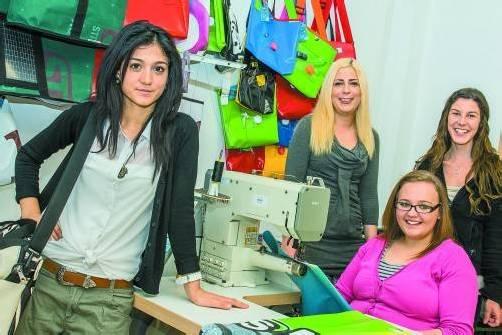 Sind mittlerweile schon Profis an der Nähmaschine: Didem, Natascha, Fabienne und Julia. Fotos: VN/D. Neufert