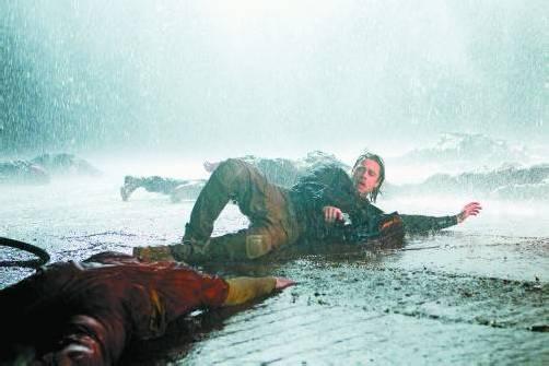 """Brad Pitt in einer Szene von """"World War Z"""": Der Hauptdarsteller schlägt sich wacker. Fotos: AP/Paramount Pictures"""