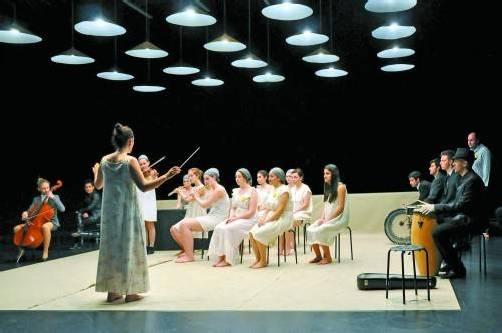 """Das Stück """"Spiel um Zeit"""" von Arthur Miller hatte gestern Abend als Produktion des interkulturellen Theatervereins Motif in Bregenz Premiere. Foto: Motif/Tamer Barbaros"""