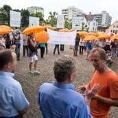 Schirm-Demo für ein Leben in Frieden