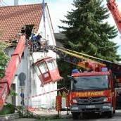 Aussichts-Kran stürzt auf Haus: 16 Verletzte